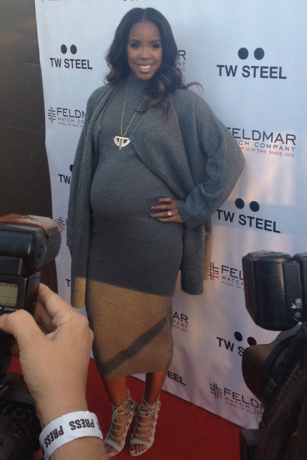 Kelly Rowland spent just as much time posing for photographers outside as  she did inside